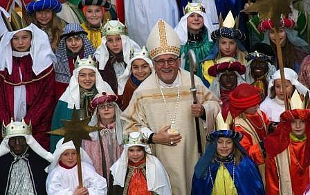 Quelle:www.bdkj.info/fileadmin/BDKJ/bilder/News/Sternsingeraktion/Gruppenbild_Bischof_mit_Sternsinger.jpg